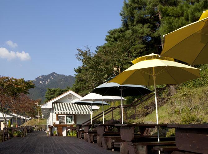 논산 마음수련원 야외 카페 앞 테라스