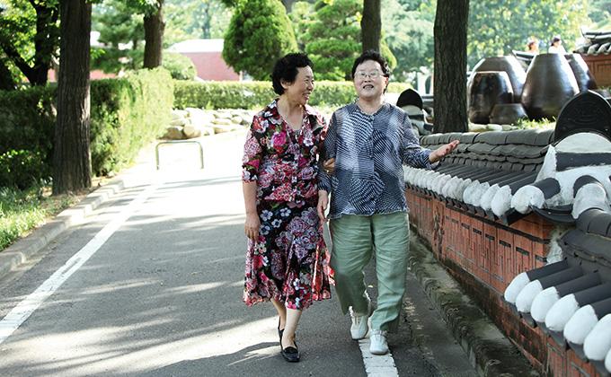 마음수련하고 행복한 두 할머니