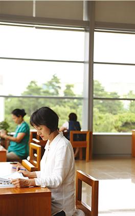 도서관에서 공부하는 프랑스 한국문화원 강사 조용희 씨