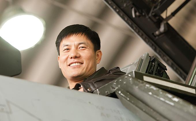 평온하고 자유로운 마음으로 하늘을 나는 공군 조종사