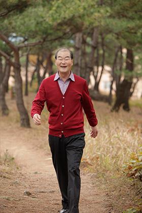 8퍼센트의 기적으로 백혈병을 극복한 배종건 씨 걷는 모습