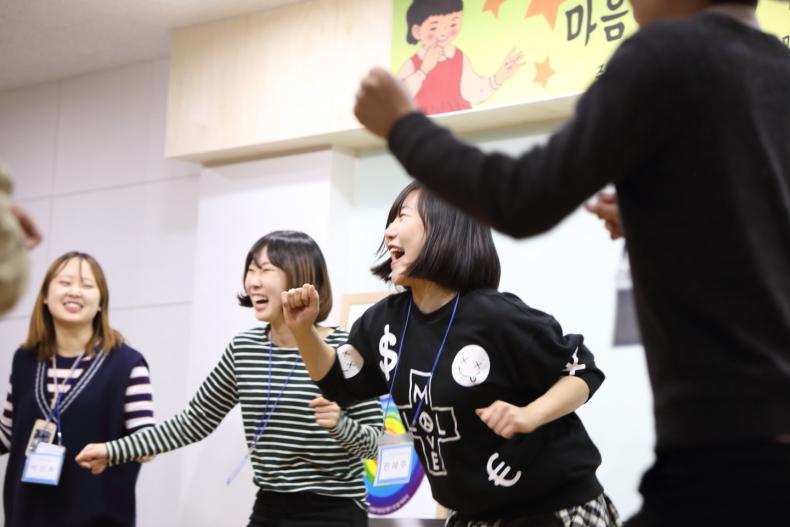 새마음 캠프에서 신나게 베스트 헬스 댄스를 추는 대학생들