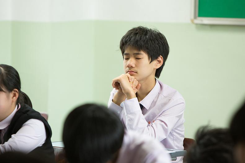 대산중학교 자유학기제 수업에서 마음수련 명상 중인 아이들