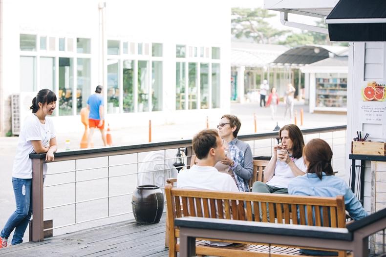 마음수련 메인센터 카페에서 담소를 즐기는 외국인들