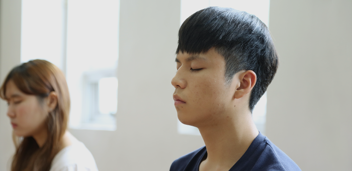 명상중인 대학생캠프 참가자
