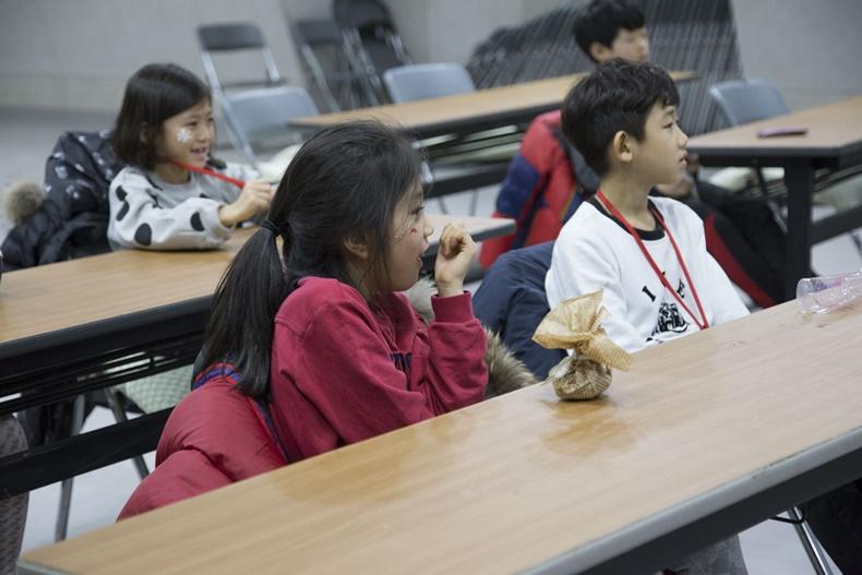 가족명상캠프에 참가한 아이들이 마음을 찾는 시간을 가지고 있다