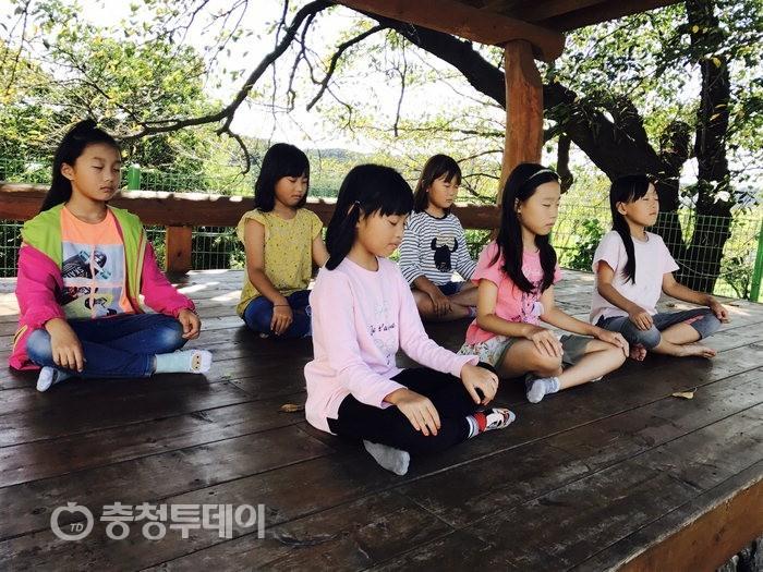 명상하는 초등학교 아이들